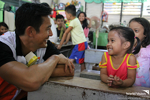 Marc Nelson visits Mayon-affected families in Albay