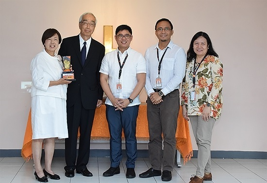 World Vision awarded the One For Children seal to Isuzu Motors, Ltd. (IML) in a Project Salute ceremony held last month.