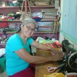 Seamstress gives free self-made masks